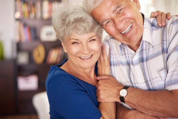 Retrato de feliz casal de idosos nos braços
