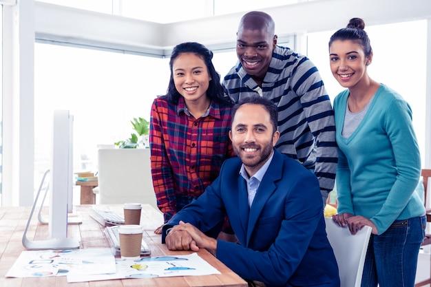 Retrato, de, feliz, confiante, equipe negócio, em, criativo, escritório