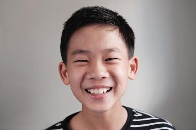 Retrato, de, feliz, confidente, e, saudável, asiático, preteen, menino adolescente, sorrindo