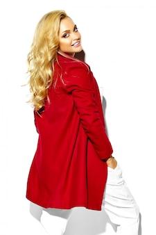 Retrato de feliz doce sorridente mulher loira bonita garota com roupas de inverno quente casual hipster, casaco vermelho