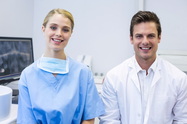 Retrato de feliz enfermeira e dentista
