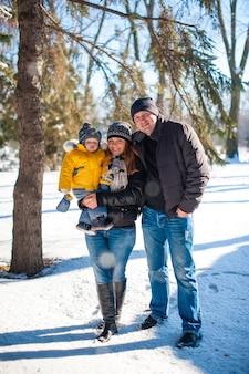Retrato, de, feliz, família, em, inverno, parque