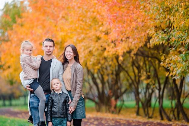 Retrato, de, feliz, família quatro, em, dia outono