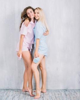 Retrato, de, feliz, femininas, amigos, abraçar, um ao outro