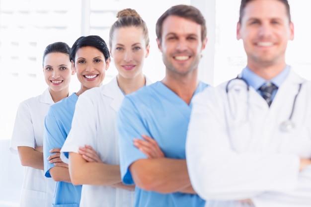 Retrato de feliz grupo feliz de médicos