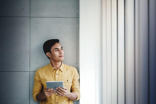 Retrato, de, feliz, homem negócios fica, por, a, janela, em, escritório