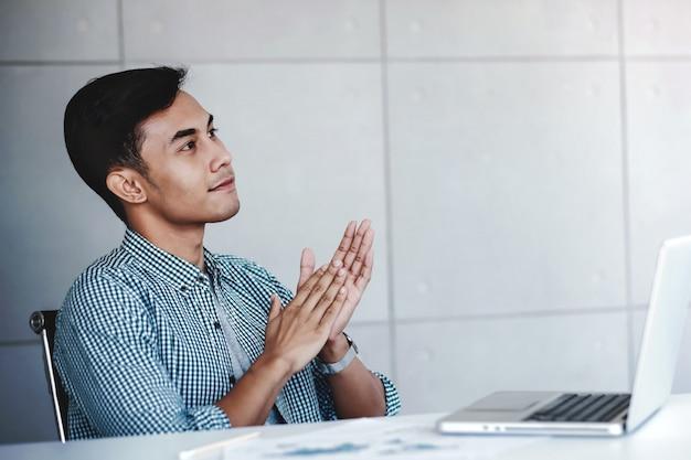 Retrato, de, feliz, homem negócios, sentando, em, escritório, com, computador, laptop