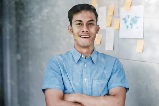 Retrato, de, feliz, jovem, asiático, homem negócios fica, pela janela