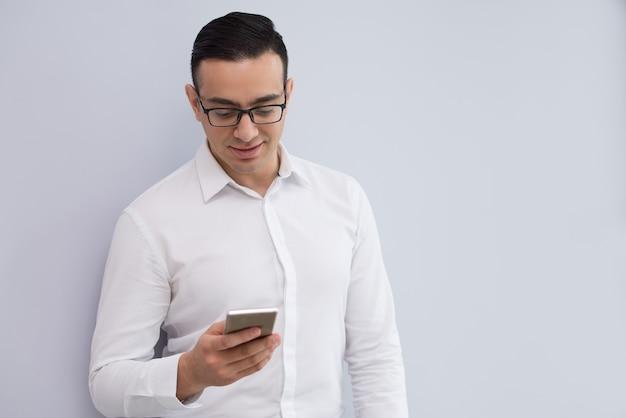Retrato, de, feliz, jovem, homem negócios, leitura, ou, texting, mensagem