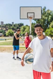 Retrato, de, feliz, jovem, jogador basquetebol