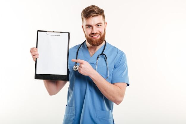 Retrato de feliz jovem médico amigável ou uma enfermeira