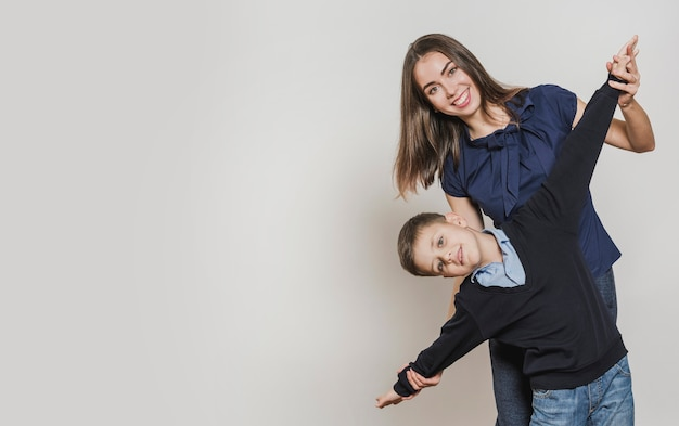Retrato de feliz mãe e filho