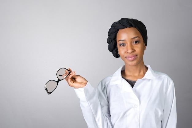Retrato de feliz médico feminino confiante