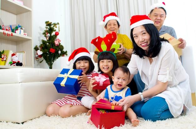 Retrato, de, feliz, membros familiar, em, santa, bonés, ligado, véspera natal