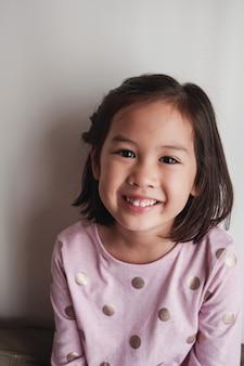 Retrato, de, feliz, menina asian jovem, sorrindo