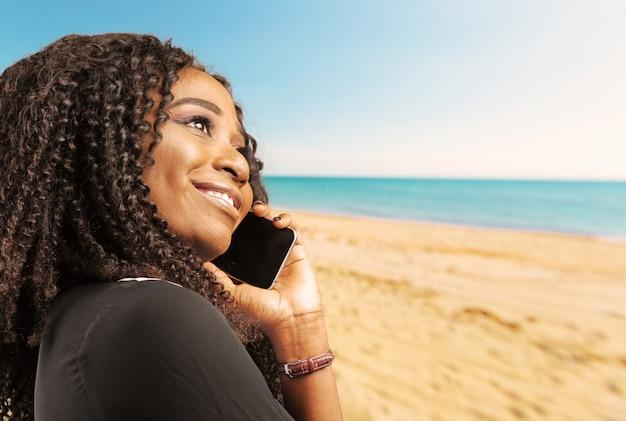 Retrato, de, feliz, mulher jovem, telefone
