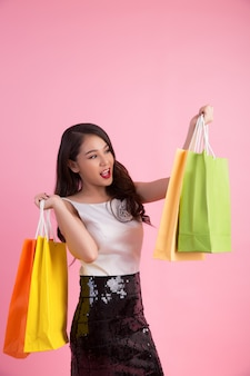 Retrato, de, feliz, mulher sorridente, segure saco shopping