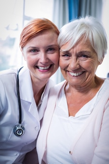 Retrato de feliz paciente e médico