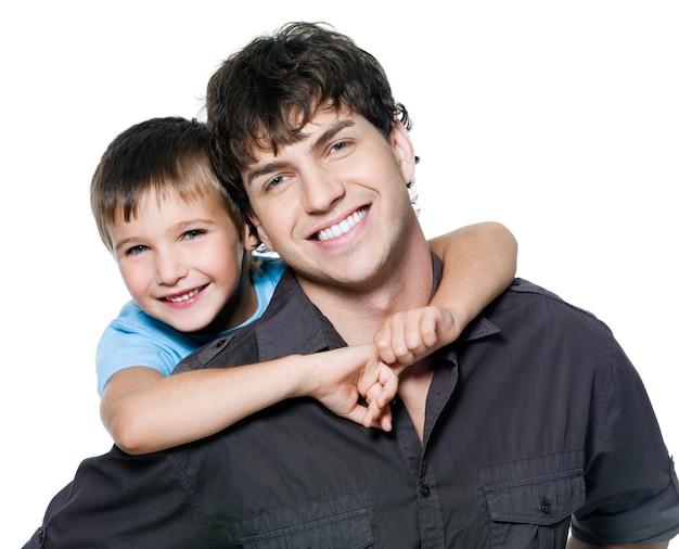 Retrato de feliz pai e filho. isolado no branco