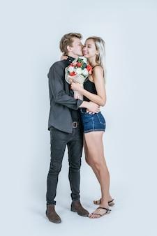 Retrato, de, feliz, par jovem, amor, junto, com, flor