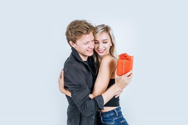Retrato, de, feliz, par jovem, amor, junto, surpresa, com, caixa presente