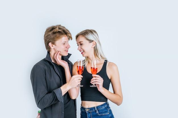 Retrato, de, feliz, par jovem, bebendo, vinho