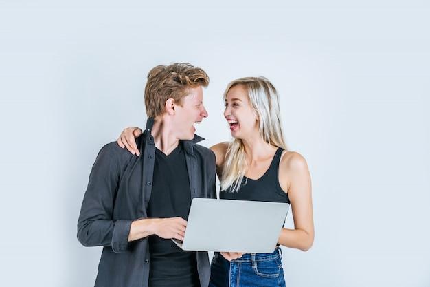 Retrato, de, feliz, par jovem, usando computador laptop