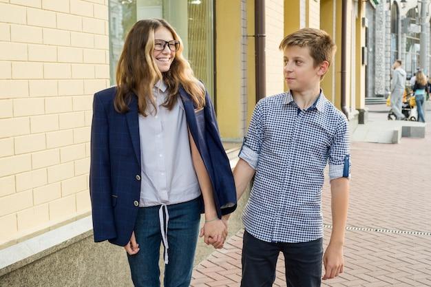 Retrato, de, feliz, par teenagers