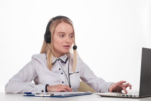 Retrato de feliz sorridente operador de telefone de suporte ao cliente feminino no local de trabalho
