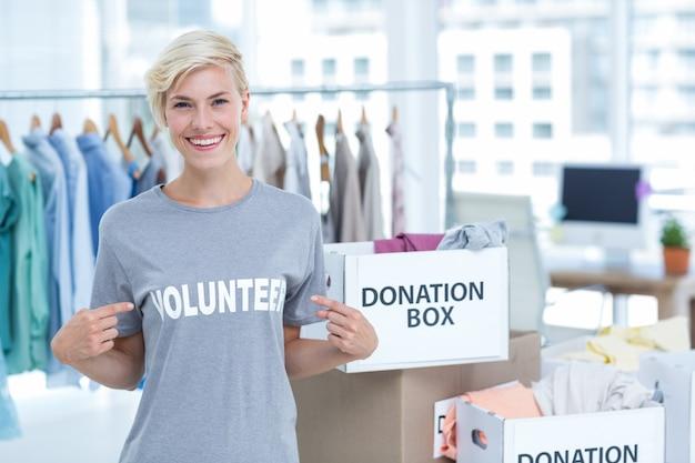 Retrato de feliz voluntário feminino
