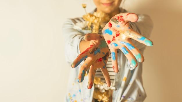 Retrato, de, femininas, artista, com, pintura, ligado, mãos