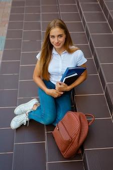 Retrato, de, femininas, estudante universidade, ficar, exterior, predios
