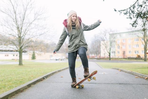 Retrato, de, femininas, skateboarder, ligado, passagem