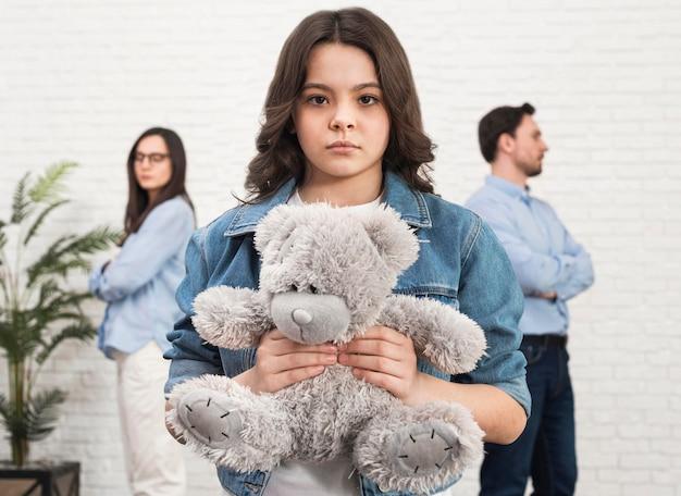 Retrato, de, filha, segurando ursinho