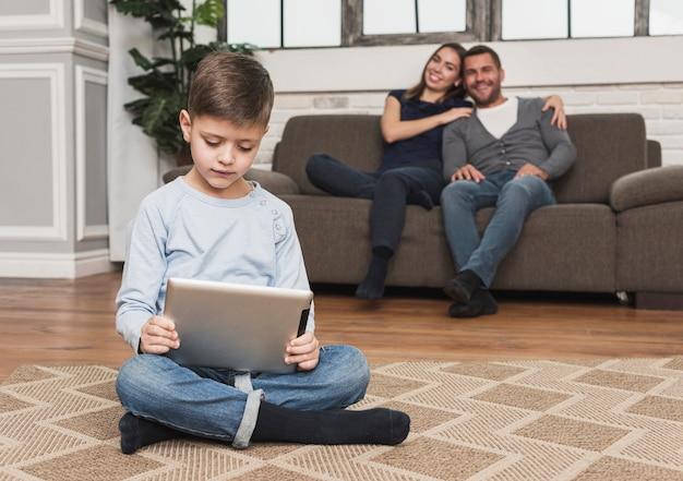 Retrato de filho brincando com tablet