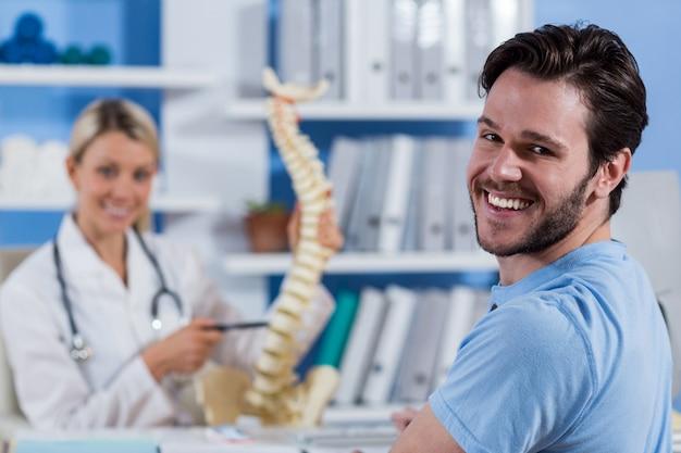 Retrato de fisioterapeuta e paciente do sexo masculino