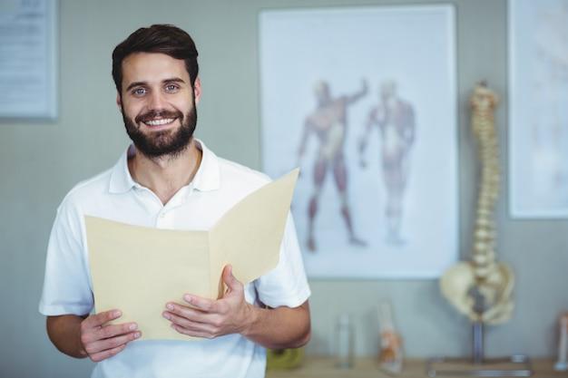 Retrato de fisioterapeuta segurando o arquivo
