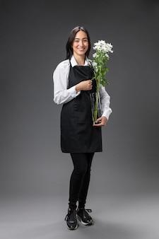 Retrato de florista feminina com flores