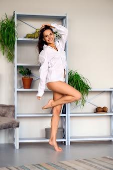 Retrato de foco suave de uma garota se divertindo e se sentindo feliz na sala de estar