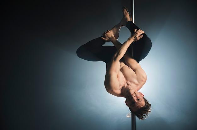 Retrato de forte modelo masculino dançando