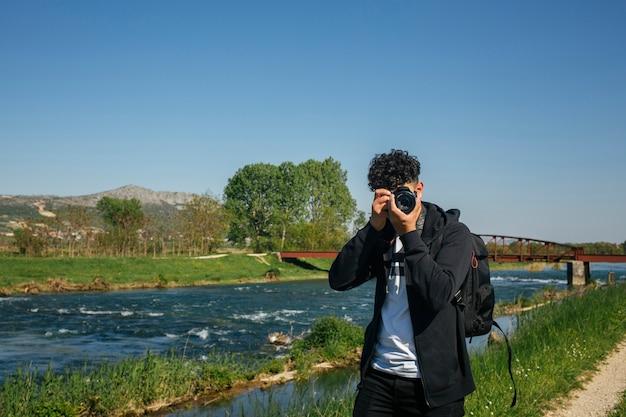 Retrato, de, fotógrafo, fazendo exame retrato, perto, rio