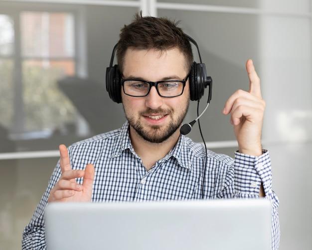 Retrato de funcionário com fone de ouvido
