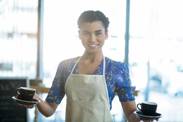Retrato de garçonete segurando a xícara de café