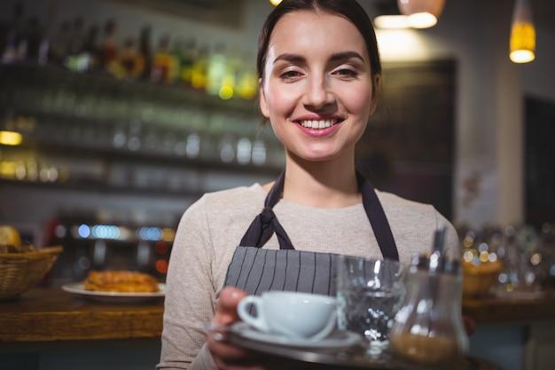 Retrato de garçonete segurando xícara de café