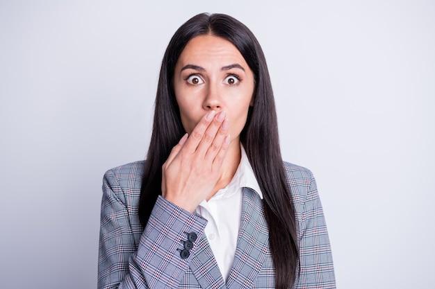 Retrato de garota representativa chocada fechar tampa lábios mão compartilhar privado corona vírus crise rejeitada segredo novidade vestir paletó xadrez xadrez isolado fundo de cor cinza