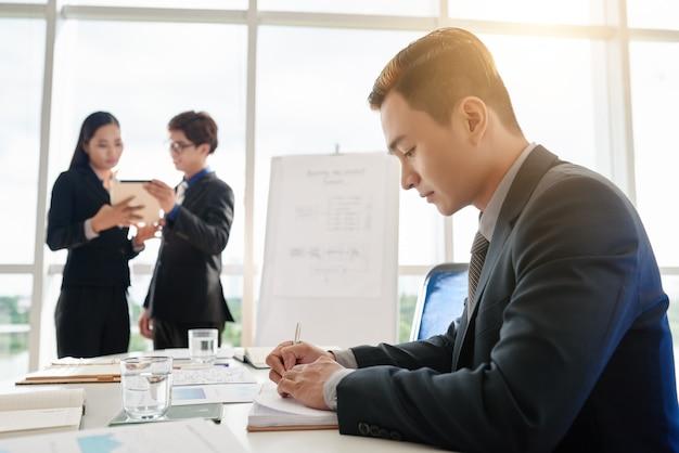 Retrato de gerente asiático focado no trabalho