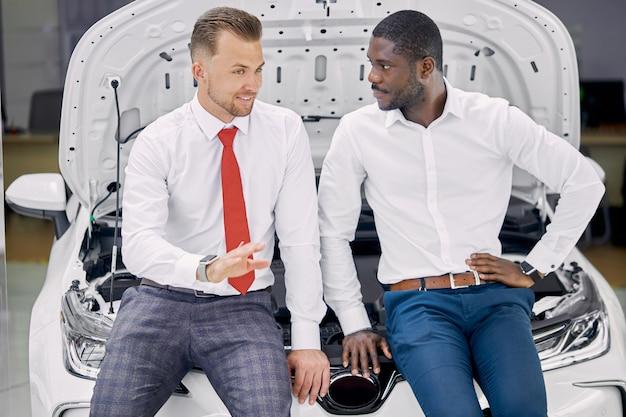 Retrato de gerente caucasiano afável e homem cliente afro-americano