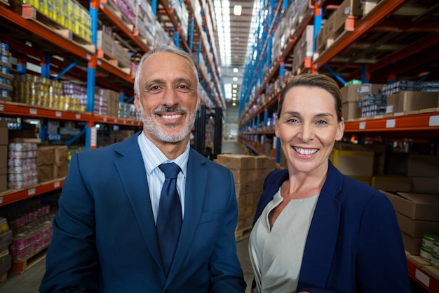 Retrato de gerente de armazém e cliente sorrindo