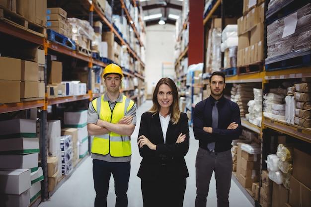 Retrato de gerente de armazém e trabalhadores em armazém