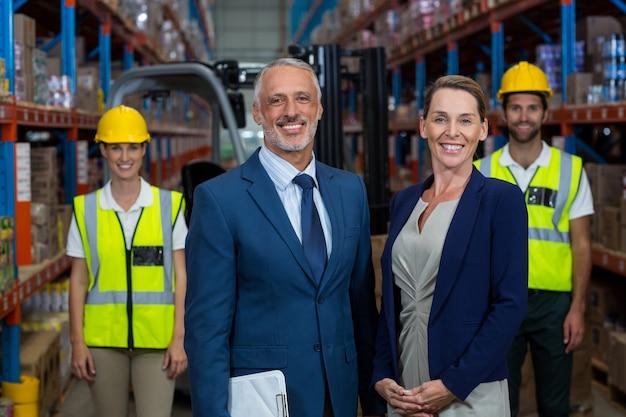 Retrato de gerente de armazém em pé com o cliente